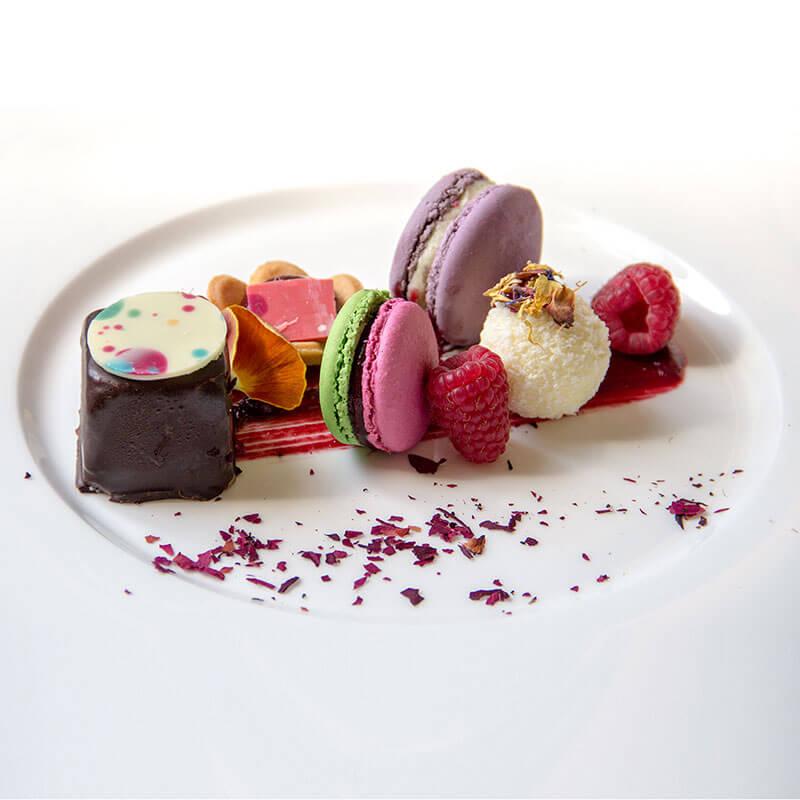 Moelleux al cioccolato fondente, macaron e sfera al cioccolato