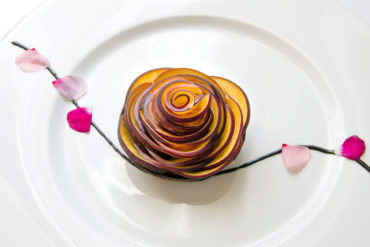 Tartelletta al cioccolato con cremoso alle mandorle e pesche alla vaniglia.