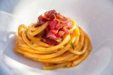 Spaghettoni con pesto rosso e tonno fresco.